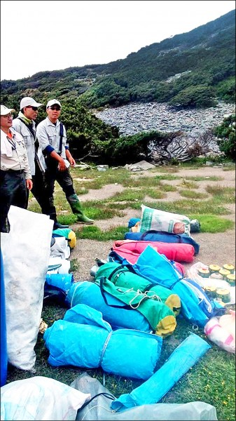 圓峰山屋清出大量垃圾,其中不乏睡袋、炊具、廚餘。(玉管處提供)