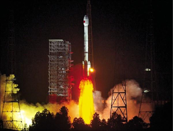 科技部對使用中國北斗衛星導航系統的產品提出資安風險警示,引發國人關注。北斗衛星導航系統(BDS)是中國獨力研發的全球衛星導航系統,據此向全球用戶提供定位、導航、授時服務。中國在二○○三年完成具有區域導航功能的北斗衛星導航試驗系統後,開始建構服務全球的BDS。二○一二年起向部分亞太地區提供服務,並計畫於二○二○年完成全球系統建置。北斗和美國全球定位系統(GPS)、俄羅斯格洛納斯系統(GLONASS),以及歐盟伽利略定位系統(Galileo),為聯合國衛星導航委員會認定的全球衛星導航系統四大核心供應商。圖為去年七月廿五日中國以「長征三號乙」運載火箭,將兩顆北斗導航衛星發射升空。(歐新社)