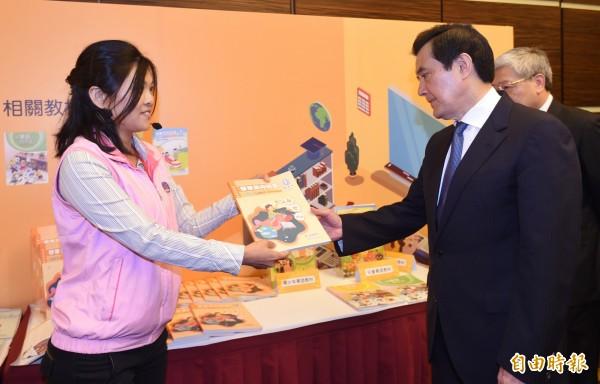總統馬英九(右)四日上午參加「新編海外華語文教材」發表會,並參觀新編教材聽取簡介。(記者劉信德攝)