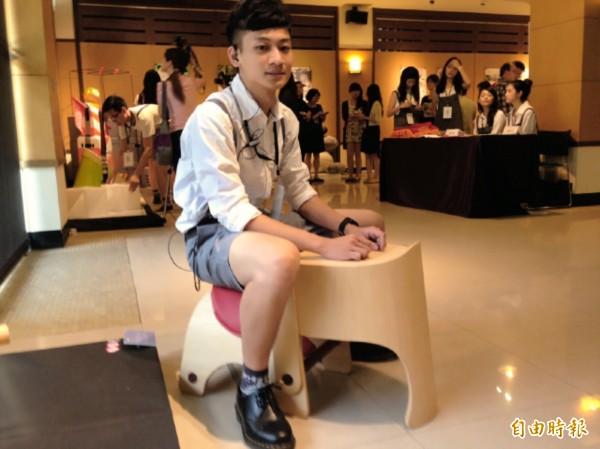 北科大工業設計系學生潘亞倫作品「椅身作摺」成排隊神器,入圍德國紅點設計獎。(記者林曉雲攝)