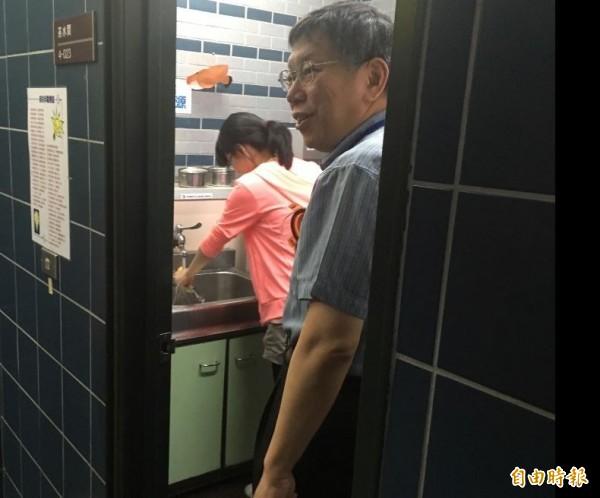市長柯文哲於午餐時段「突襲檢查」,從地下二樓一路「暗訪」至十一樓。(記者蕭婷方攝)