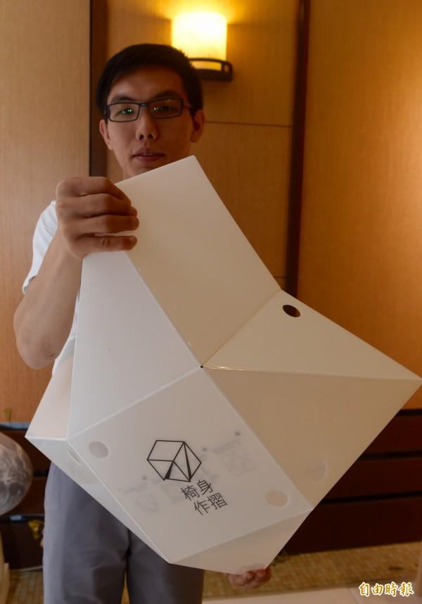 台北科技大學4日舉辦新一代設計展入圍記者會,潘亞倫「椅身作摺」等作品。(記者簡榮豐攝)