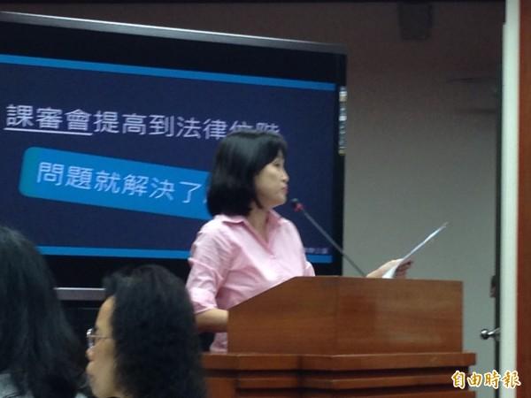 國民黨立委柯志恩今天質詢時作球給吳思華,要求吳思華說明擔任教育部長期間最高興的事。(記者林曉雲攝)