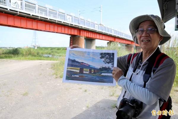 潮州鎮民宋戊生拿出潮州舊鐵橋的攝影作品,他說,很懷疑以後的孩子看到這座橋,還知不知道這是座承載了歷史記憶的鐵道。(記者邱芷柔攝)