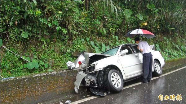 阿里山公路轎車自撞護欄,造成一死三傷。 (記者蔡宗勳攝)