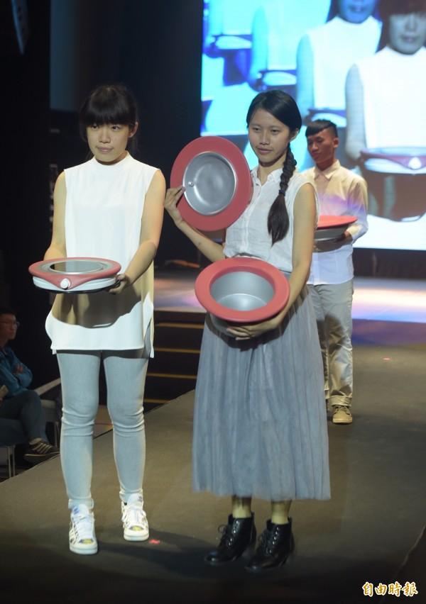 由經濟部工業局主辦的「新一代設計展」5日舉辦展前記者會,以「Show Your Hot Design」為主軸,邀請參展設計師們化身模特兒走秀。(記者黃耀徵攝)