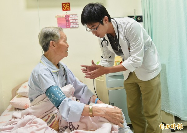準衛福部長林奏延3日接受媒體訪問時表示,將在4年內把住院醫師納入勞基法規範,每週有固定合理工時。圖為住院醫師探視住院病患。(記者朱沛雄攝)