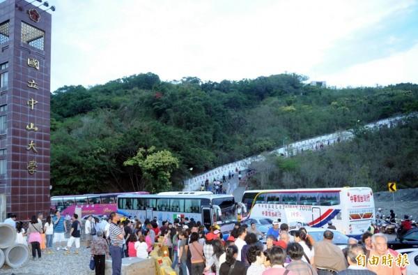 中客團遊覽車每天進出西子灣。(資料照,記者張忠義攝)