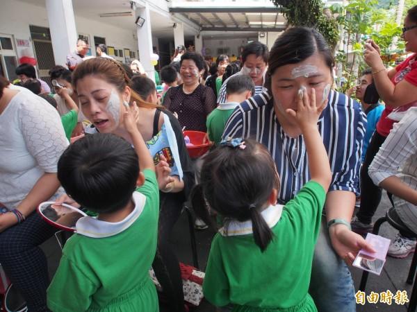 幼兒園學童動手做面膜,還幫媽媽敷面膜,要讓嬤嬤漂亮一下。(記者王秀亭攝)