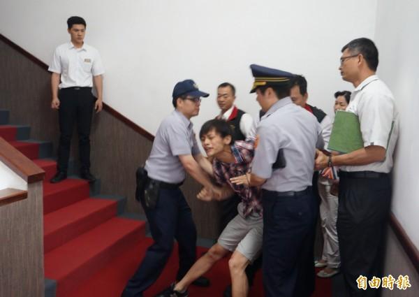 東華大學郭姓學生至花蓮縣議會旁聽,遭警方架離。(記者游太郎攝)