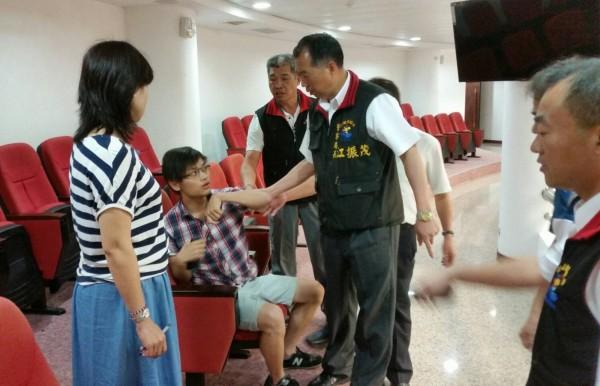 警察局長江振茂勸離郭姓學生不成。(民眾提供)