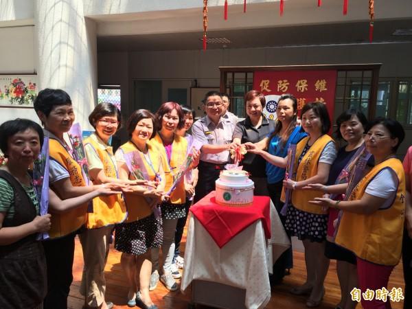 斗南分局慶祝母親節,分局長洪宏榮與女性同仁及志工一起切蛋糕。(記者黃淑莉攝)