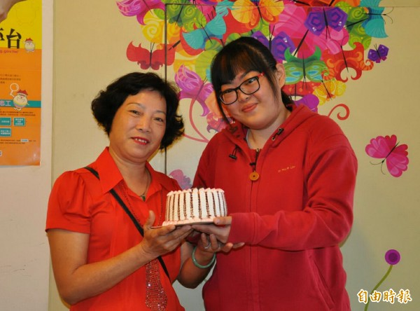 小芸(右)親手做蛋糕送給媽媽。(記者張菁雅攝)