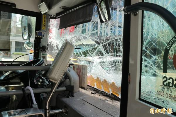 綠1公車擋風玻璃碎裂。(記者陳薏云攝)