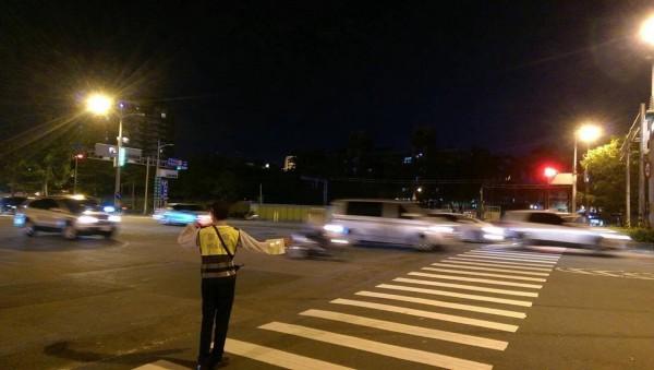 左營地下道封閉恐影響車流,交警如臨大敵疏導,以防陷入交通黑暗期。(記者黃良傑翻攝)