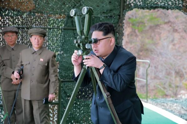 外媒認為,金正恩會進一步強化對國家的掌控。圖為金正恩親自監督水下導彈試射計畫。(路透)