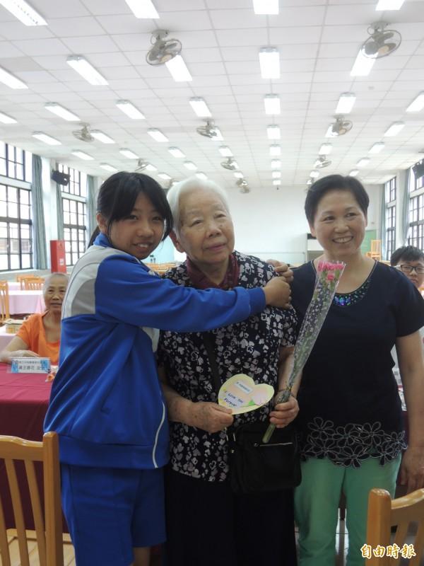96歲的林蘇珊珊7年多前成立照顧基金,定期發放獎學金給隔代教養的學生,受獎學生給她一個大擁抱。(記者葉冠妤攝)