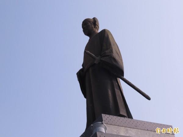 圖為位於台南火車站前的鄭成功雕像和石碑。(記者蔡文居攝)