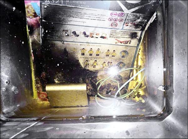 威航六日晚間飛東京班機起飛後,一名乘客放在前方座椅椅背的行動電源疑似自燃冒煙,機組人員立刻撲滅火勢,將行動電源放入垃圾桶浸水並放置廁所內。(記者朱沛雄翻攝)