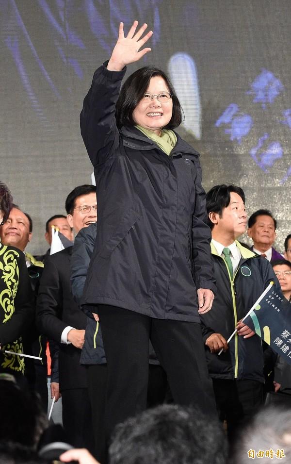 準總統蔡英文將在520正式就職,圖為蔡英文在1月16日總統大選勝選後向支持者揮手致意。(資料照,記者陳志曲攝)