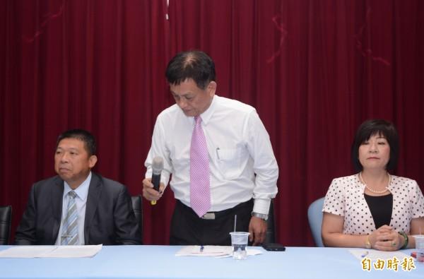 議員邱永双(中)承認失言,公開向東華大學師生道歉。(記者游太郎攝)