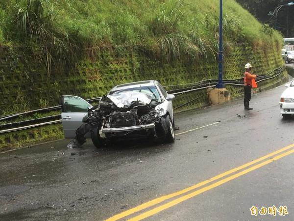 拖板車事故也波及2部自小客車,其中1部車頭全毀,所幸駕駛受輕傷。(記者佟振國攝)