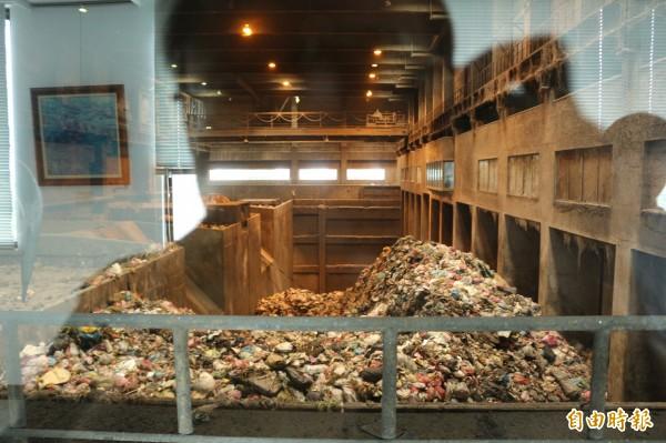 溪州焚化廠內堆積上萬噸未處理垃圾。(記者詹士弘攝)