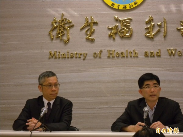 衛福部技監許明暉(左)和發言人王哲超(右)表示,已收到邀請函、但裡面沒附上帳號密碼。(記者吳亮儀攝)