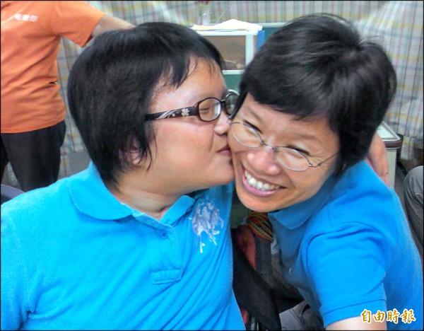 蔡翠萍(右)身世坎坷,曾是九二一受災戶,丈夫因病過世,罹患胃癌仍堅持照顧多障女兒,甚至成為教保員,幫助近百障礙兒學會自理。(記者陳文嬋攝)