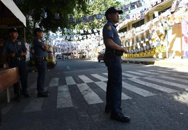 有外媒報導指出,今天稍早在菲國首都馬尼拉不遠的一處城鎮,有1輛汽車和2輛摩托車遭到不明武裝份子開槍,至少造成7人死亡,1人受傷。(法新社)