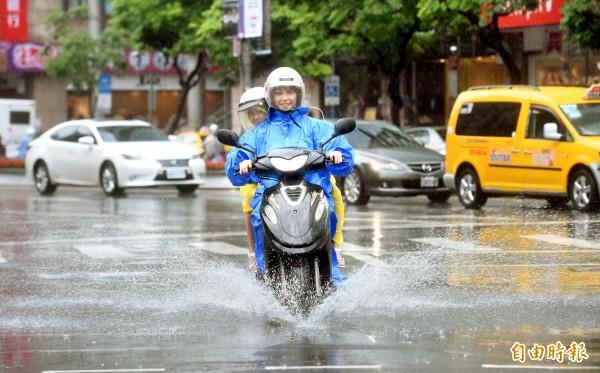 近期台灣天氣不穩,午後易有雷陣雨發生的機率。(資料照,記者方賓照攝)