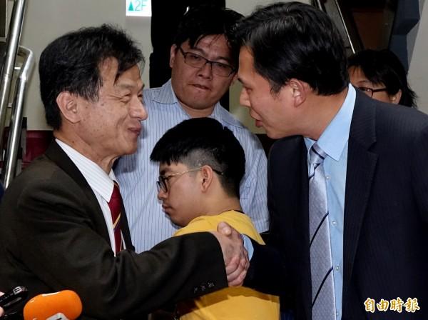 準法務部長邱太三(左)下午拜會時代力量立法院黨團,與時代力量立委黃國昌(左)等人就未來法務部施政方向交換意見。(記者朱沛雄攝)