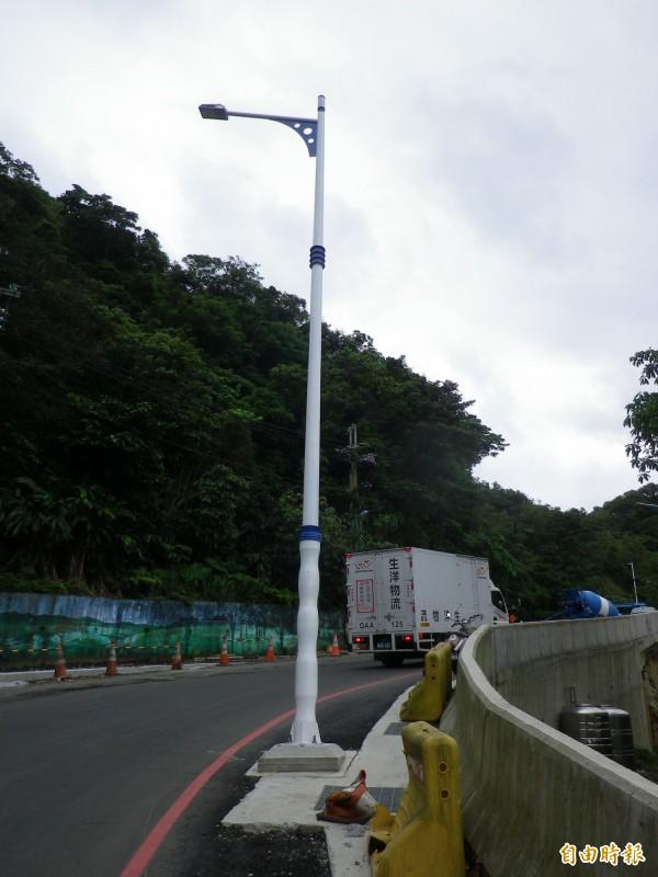 基隆立德路拓寬工程的路燈燈桿突出,民眾說危險。(記者盧賢秀攝)