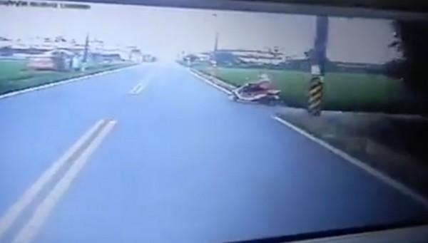 校車的行車紀錄器拍到,婦人從畫面右側竄出。(翻攝畫面)
