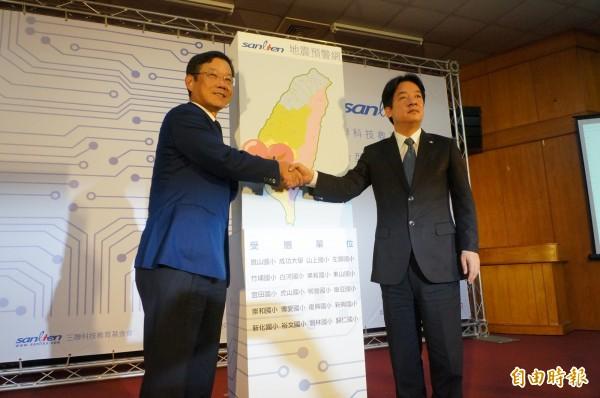 三聯科技公司捐贈複合型地震預警系統予台南市國小,台南市長賴清德(右)代表收下並感謝三聯公司的愛心。(記者林孟婷攝)