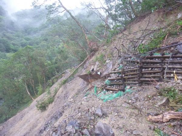 宜蘭聖母山莊登山步道路基嚴重流失。(圖由立委陳歐珀服務處提供)