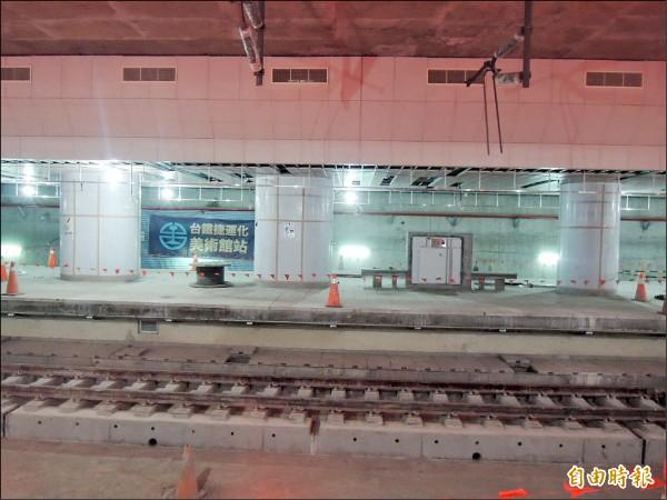 原本車站上方的陸橋支柱直穿地下車站。(記者蔡清華攝)