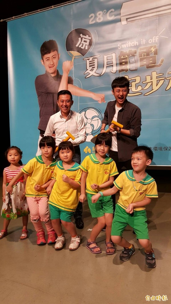 新竹市長林智堅(左)與泛舟哥一起拍節電短片,呼籲市民一起節電賺獎金。(記者蔡彰盛攝)