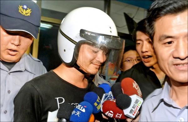 郭彥君到超商偷刀再轉往北捷隨機砍傷4人,案發後被逮移送時,還露出詭異冷笑。(資料照)