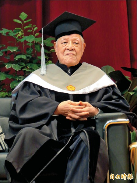 ▲中興大學昨頒授名譽管理學博士學位給前總統李登輝。(記者蘇孟娟攝)