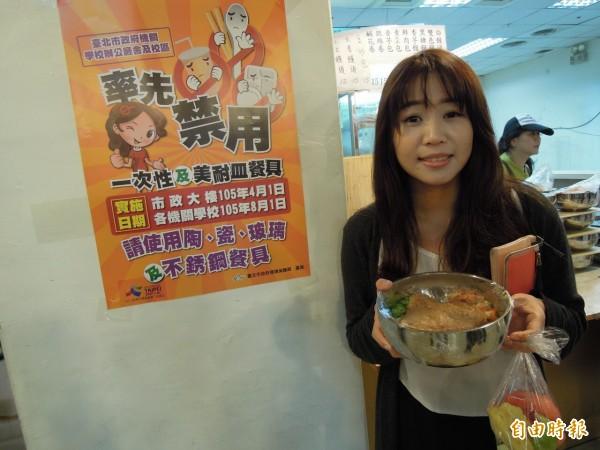 台北市政府大樓實施禁用一次性及美耐皿餐具後,成功讓紙容器、塑膠容器回收量大幅度降低。(資料照,記者梁珮綺攝)