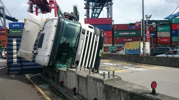貨櫃車失控翻覆,擋風玻璃碎裂。(記者吳政峰翻攝)