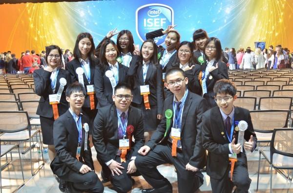 2016「美國英特爾國際科技展覽會」今凌晨宣布,台灣代表團派出13名中學小將9件作品,加入全球競逐行列,拿下1項大會歐洲參訪研習獎、1項類科首獎、8項大會獎、4項特別獎,是我國代表團參賽以來最佳成績。(科教館提供)