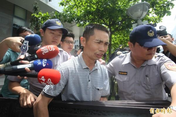 54歳喻姓中國農民苦著臉被移送。(記者陳恩惠攝)