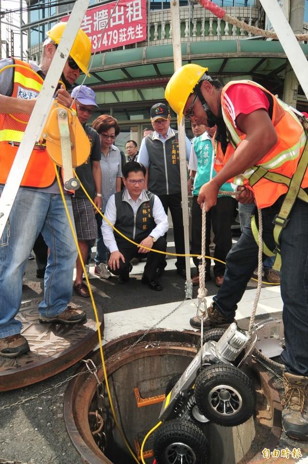 市長林佳龍到大甲視察截流箱涵完工情況。(記者李忠憲攝)