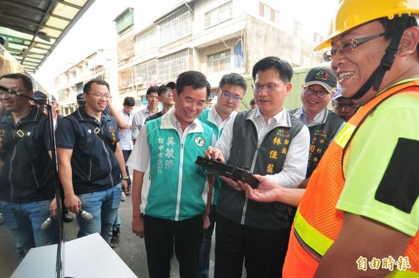 市長林佳龍親自操作TV檢視設備。(記者李忠憲攝)