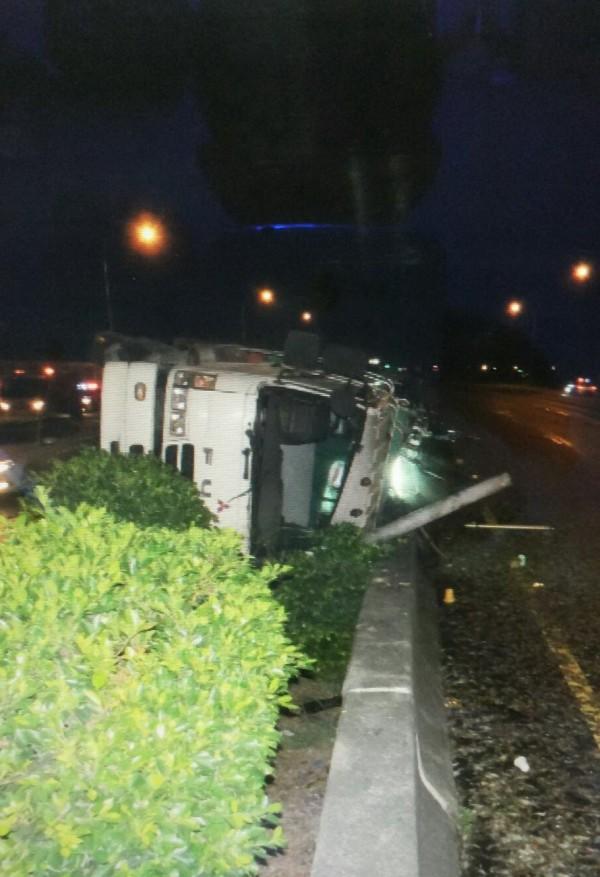 中山高國道凌晨車禍,大貨車翻覆在中間分隔島。(記者廖淑玲翻攝)