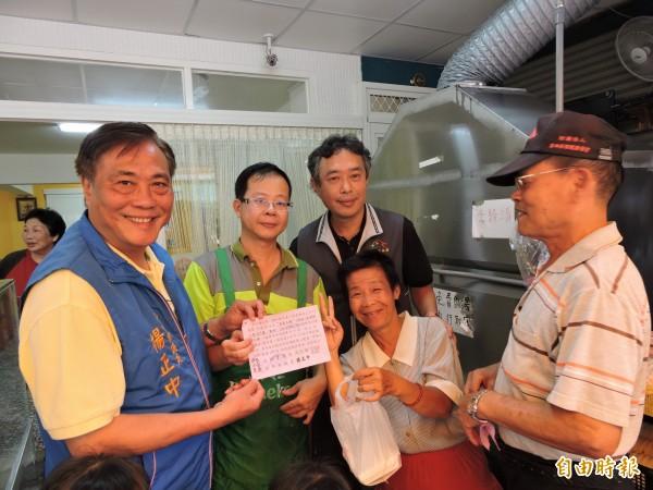 黃俊凱(左二)送愛心便當,市議員楊正中(左一)、大福里長高信增(左三)前往致謝。(記者張菁雅攝)