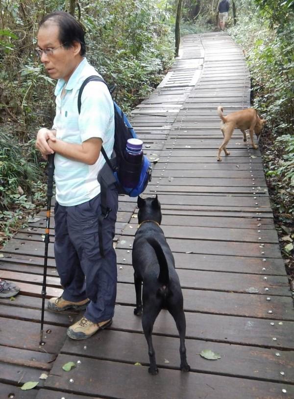 前立委林進興帶著2隻狗兒,進入壽山國家自然公園。(壽山國家自然公園籌備處提供)