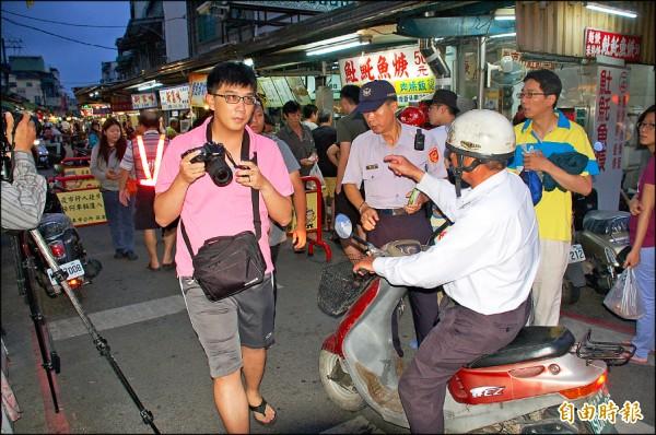民族夜市車輛禁入管制時間一到,警方開始在入口處勸導機車族配合新措施。(記者李立法攝)
